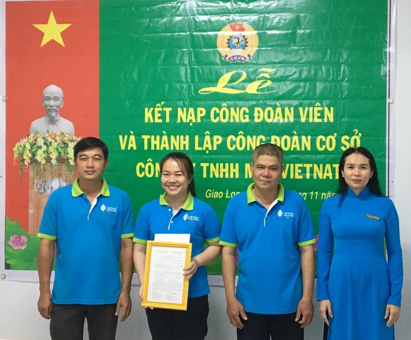 Chủ tịch Công đoàn Các khu công nghiệp tỉnh Phan Trần Mai Trinh trao quyết định thành lập Công đoàn cơ sở cho Ban Chấp hành lâm thời.