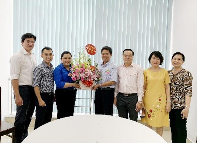 Thường trực Tỉnh Đoàn tặng hoa chúc mừng lãnh đạo Sở Giáo dục và Đào tạo nhân Ngày Nhà giáo Việt nam 20-11. Ảnh: Lộc Phạm.