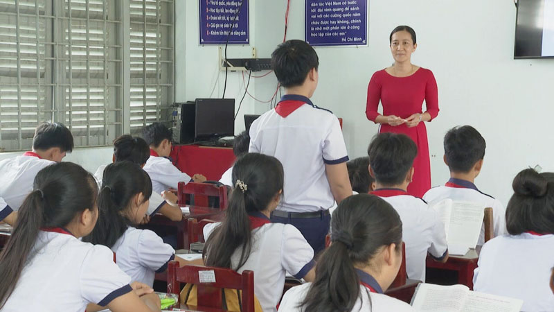 Cô Trần Thị Phương và học sinh trong một tiết học.