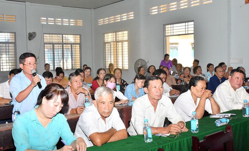 Người dân nêu ý kiến gửi đến đại biểu HĐND tại buổi tiếp xúc cử tri.