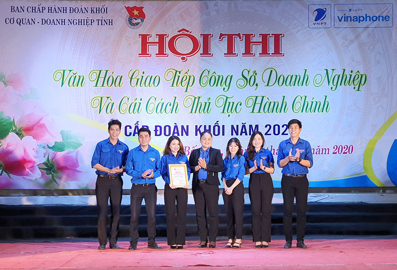 Bí thư Đoàn Khối Cơ quan - Doanh nghiệp tỉnh Nguyễn Thị Yến trao giải nhất cho đội thi.