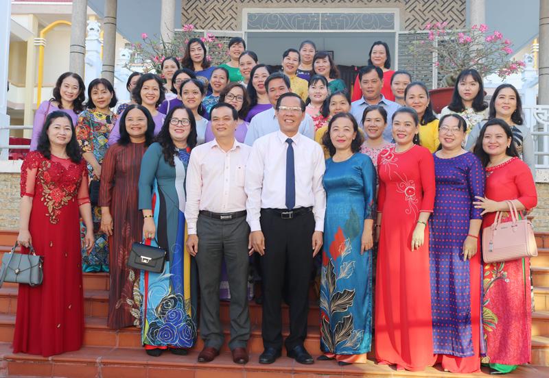 Bí thư Tỉnh ủy Phan Văn Mãi chụp ảnh lưu niệm cùng các thầy cô giáo tại Miếu Tiên sư.