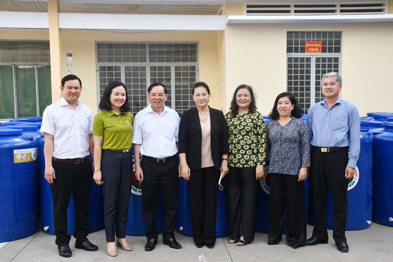Chủ tịch Quốc hội Nguyễn Thị Kim Ngân chụp ảnh với lãnh đạo địa phương.