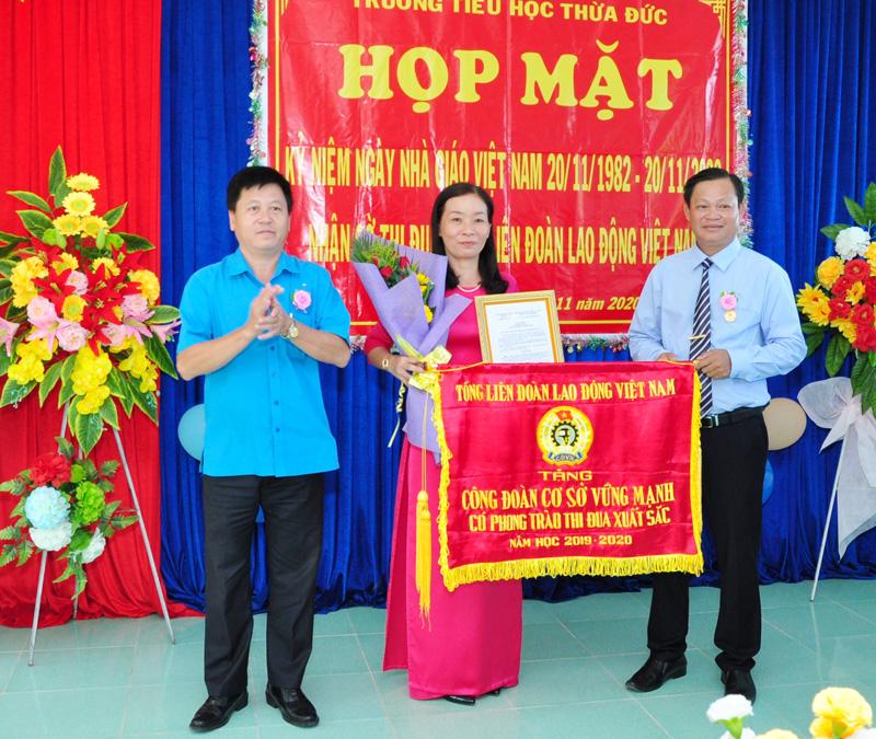 Chủ tịch LĐLĐ tỉnh Phan Song Toàn trao bằng khen của Tổng LĐLĐ Việt Nam cho đại diện Công đoàn Trường Tiểu học Thừa Đức.