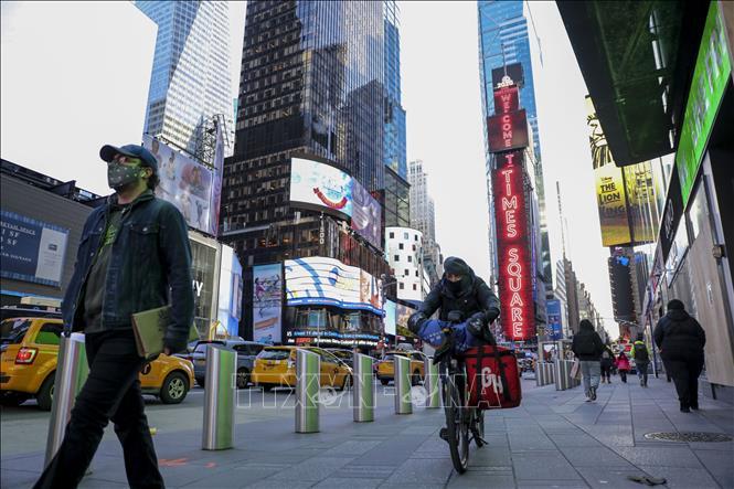 Người dân đeo khẩu trang phòng lây nhiễm COVID-19 tại New York, Mỹ, ngày 18-11-2020. Ảnh: THX/TTXVN