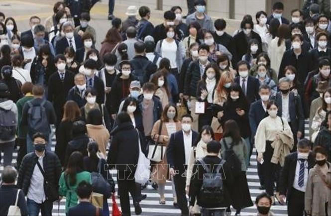 Người dân đeo khẩu trang phòng lây nhiễm COVID-19 tại Tokyo, Nhật Bản, ngày 18-11-2020. Ảnh: Kyodo/TTXVN