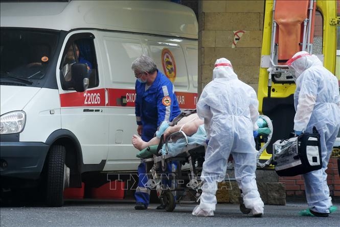 Nhân viên y tế chuyển bệnh nhân mắc COVID-19 lên xe cứu thương tại Saint Petersburg, Nga ngày 5-10-2020. Ảnh: AFP/TTXVN