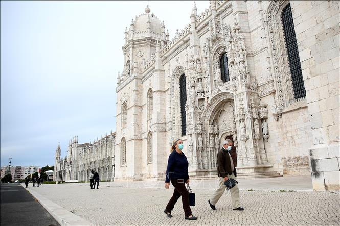 Người dân đeo khẩu trang phòng dịch COVID-19 tại Lisbon, Bồ Đào Nha ngày 4-11-2020. Ảnh: THX/TTXVN