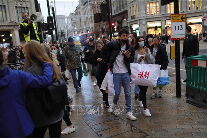 Người dân đeo khẩu trang phòng lây nhiễm COVID-19 tại London Anh, ngày 1-11-2020. Ảnh: THX/TTXVN