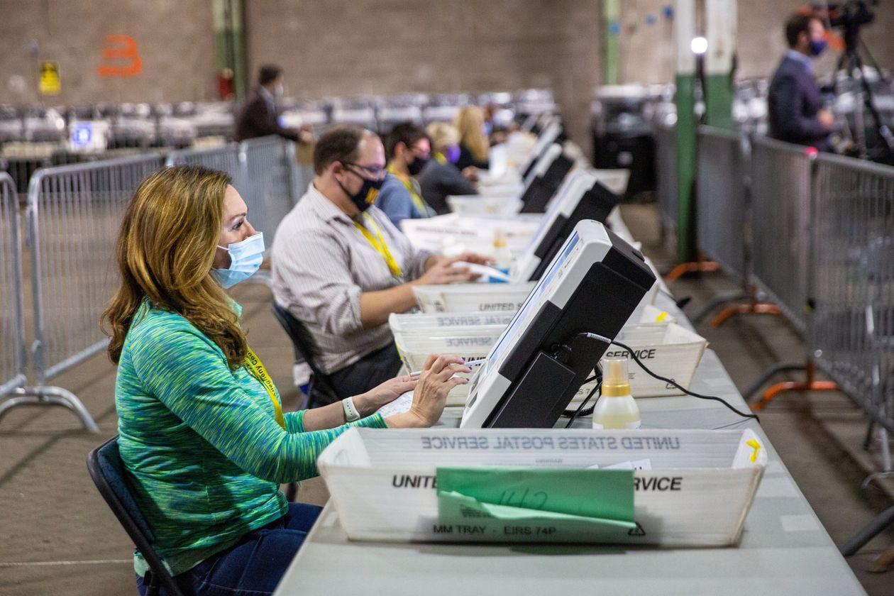Nhân viên tiến hành kiểm phiếu tại hạt Allegheny, Pittsburgh, Pennsylvania. Ảnh: Reuters