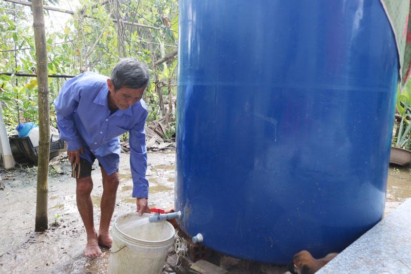 Ông Nguyễn Văn Năm ở ấp Phước Trung, xã Phước Mỹ Trung chủ động trữ nước ngọt sớm.