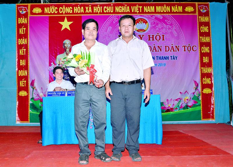 Ông Nguyễn Văn Viên (bên phải) tại Ngày hội đại đoàn kết toàn dân tộc ấp Thanh Nam năm 2019. Ảnh: CTV
