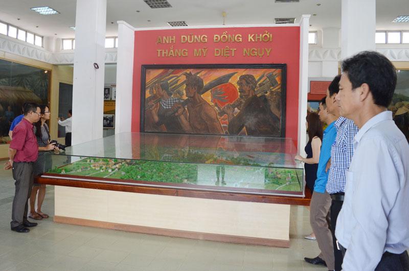 Du khách tham quan Di tích Đồng Khởi.