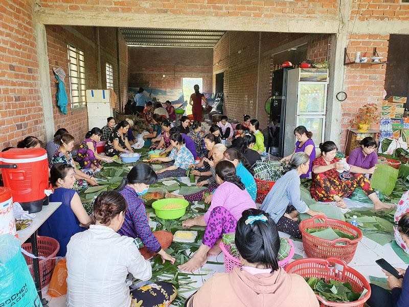 Nhân dân thị trấn Chợ Lách gói bánh tét cứu trợ đồng bào miền Trung bị thiên tai, lũ lụt.