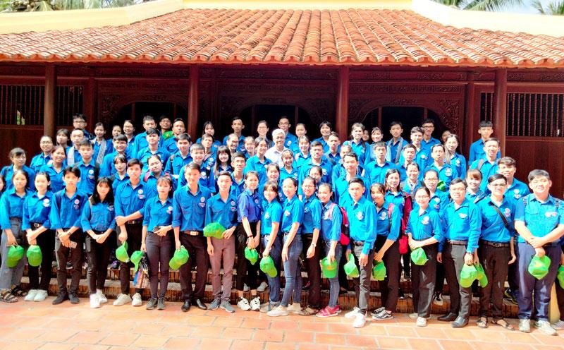 Các bạn trẻ thăm và nghe thuyết trình nơi sống và làm việc của đồng chí Lê Duẩn tại nhà ông Nguyễn Văn Trác, xã Hưng Lễ.