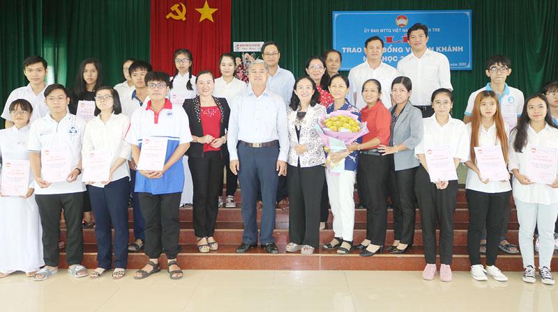 Lãnh đạo tỉnh, các đại biểu và học sinh, sinh viên chụp ảnh lưu niệm.