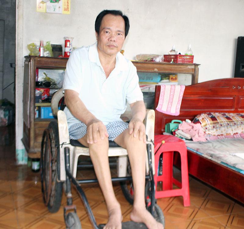 Anh Trương Hoài Nam luôn bị tê nhức đôi chân.