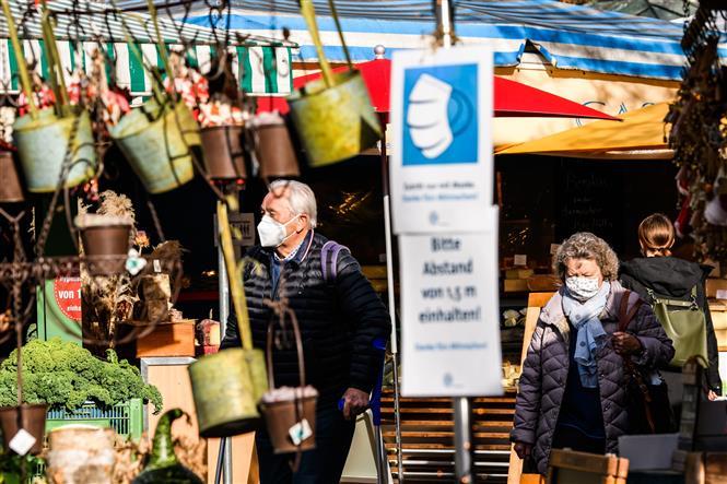Người dân đeo khẩu trang phòng lây nhiễm COVID-19 tại Munich, Đức, ngày 13-11-2020. Ảnh: THX/ TTXVN