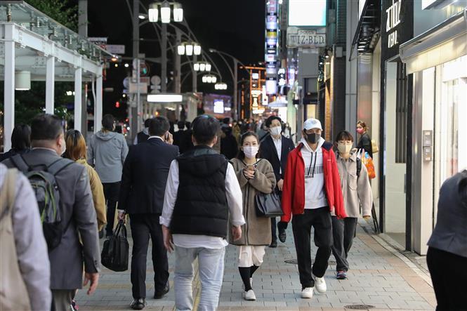 Người dân đeo khẩu trang phòng lây nhiễm COVID-19 tại Tokyo, Nhật Bản, ngày 12-11-2020. Ảnh: THX/TTXVN