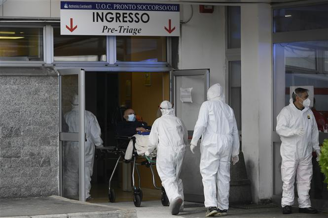 Chuyển bệnh nhân tới bệnh viện ở Naples, Italy, ngày 12-11-2020. Ảnh: AFP/TTXVN