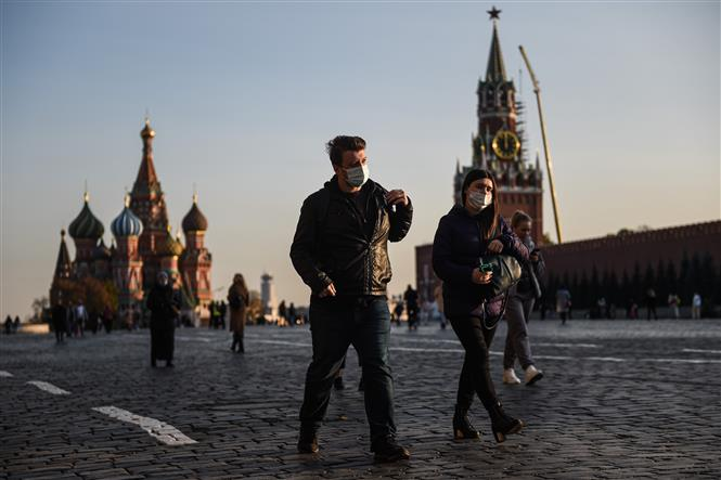 Người dân đeo khẩu trang phòng dịch COVID-19 tại Moskva, Nga ngày 28-10-2020. Ảnh: THX/TTXVN