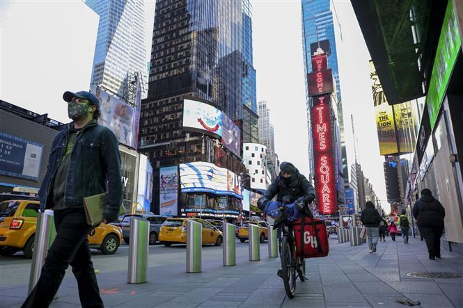 Người dân đeo khẩu trang phòng lây nhiễm COVID-19 tại New York, Mỹ, ngày 18-11-2020. Ảnh: THX/ TTXVN