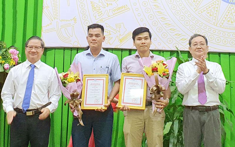 Phó chủ tịch Hội Nhà báo Việt Nam Nguyễn Bé trao giải nhất cho các tác giả.