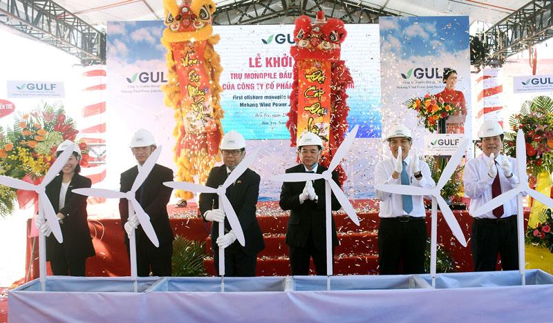 Ban lãnh đạo công ty cùng lãnh đạo địa phương đã thực hiện nghi thức động thổ khởi công trụ monopile đầu tiên.