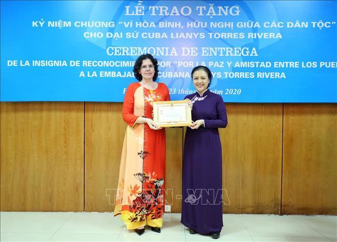 Chủ tịch Liên hiệp các tổ chức Hữu nghị Việt Nam Nguyễn Phương Nga trao Kỷ niệm chương cho Đại sứ Đặc mệnh toàn quyền Cuba tại Việt Nam Lianys Torres Rivera. Ảnh: TTXVN
