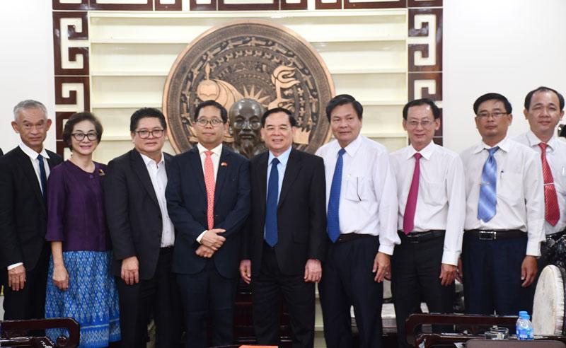 Lãnh đạo tỉnh và đoàn Thái Lan chụp ảnh lưu niệm.