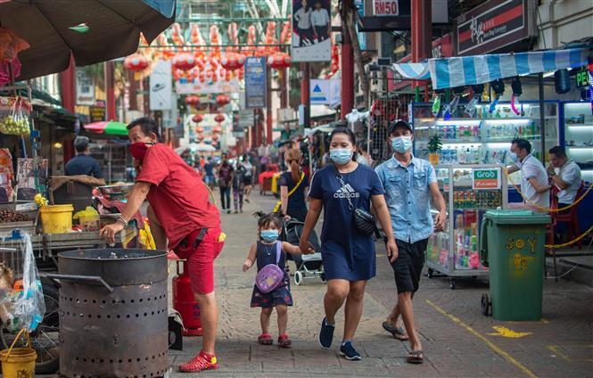Người dân đeo khẩu trang phòng lây nhiễm COVID-19 tại Kuala Lumpur, Malaysia, ngày 3-11-2020. Ảnh: THX/ TTXVN