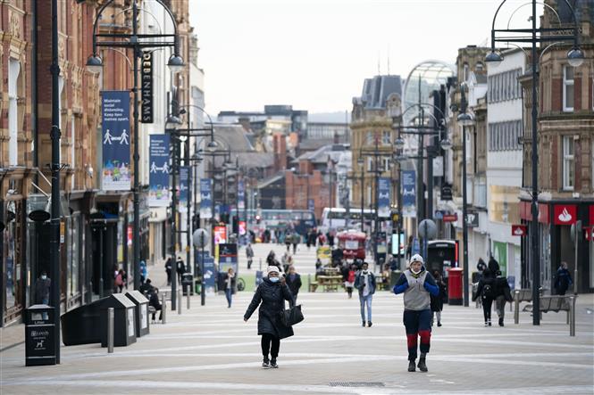 Người dân di chuyển trên phố ở Leeds, Anh ngày 5-11-2020. Ảnh: THX/TTXVN