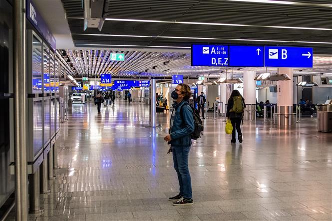 Người dân đeo khẩu trang phòng lây nhiễm COVID-19 tại sân bay Frankfurt, Đức, ngày 23-11-2020. Ảnh: THX/ TTXVN
