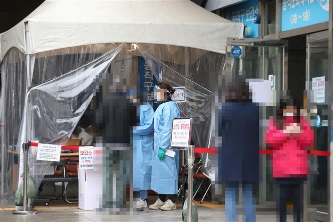 Người dân đợi xét nghiệm COVID-19 tại điểm xét nghiệm di động ở quận Dongjak, Seoul, Hàn Quốc ngày 22-11-2020. Ảnh: YONHAP/TTXVN