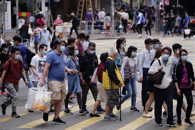 Người dân đeo khẩu trang phòng dịch COVID-19 tại Hong Kong, Trung Quốc ngày 21-11-2020. Ảnh: THX/TTXVN