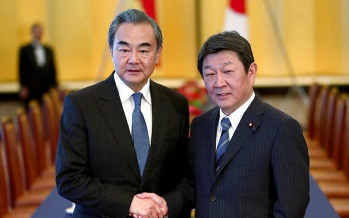 Ngoại trưởng Trung Quốc Vương Nghị và người đồng cấp Nhật Bản Motegi Toshimitsu. Ảnh: SCMP.