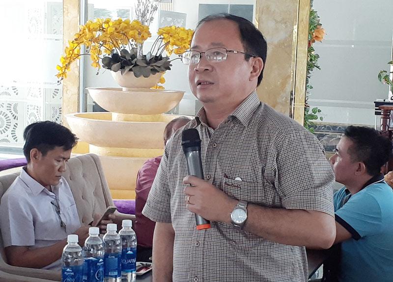Bí thư Huyện ủy, Chủ tịch UBND huyện Nguyễn Văn Dũng trao đổi với các đại biểu. Ảnh: Minh Nhân