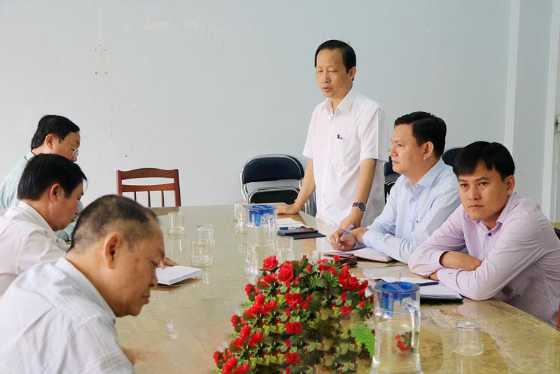 Phó chủ tịch UBND tỉnh Nguyễn Trúc Sơn lưu ý nên chọn trồng các loại cây có tán đẹp, xanh, có hoa, rễ sâu.