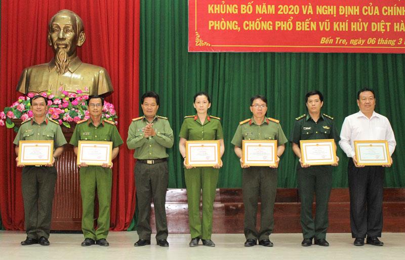 Đại tá Phạm Văn Ngót - Phó giám đốc Công an tỉnh trao giấy khen cho các tập thể có nhiều thành tích trong phòng chống tội phạm, trong đó có Chi nhánh NHNN tỉnh.