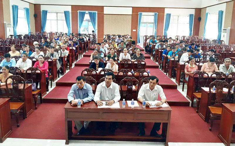 Đại biểu dự hội nghị tổng kết các mô hình tư vấn và khám sức khỏe trước hôn nhân giai đoạn 2011 - 2020 tại huyện Mỏ Cày Bắc.  Ảnh: H.Oanh