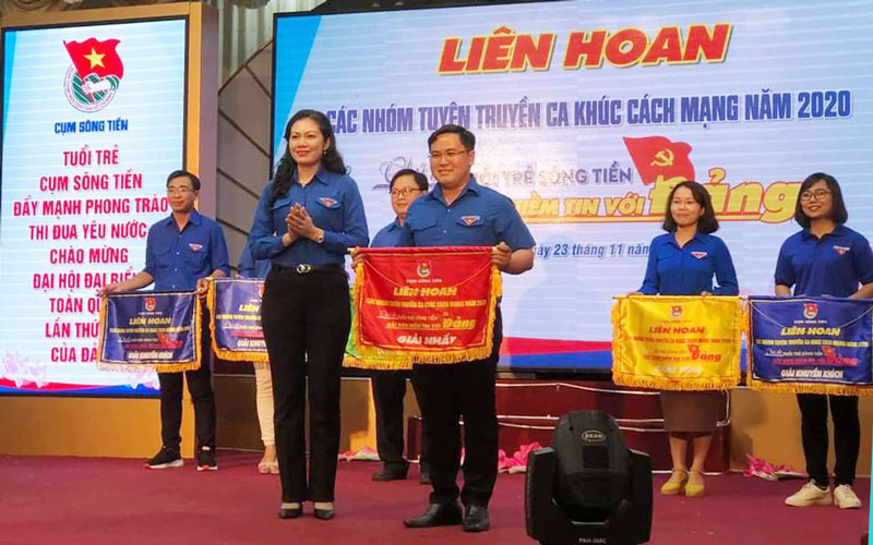 Ban Tổ chức trao giải cho đơn vị Bến Tre. Ảnh: CTV