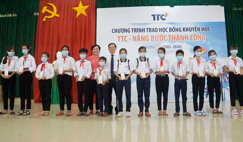 Lãnh đạo tỉnh và Ban Tổ chức trao học bổng cho các em học sinh.
