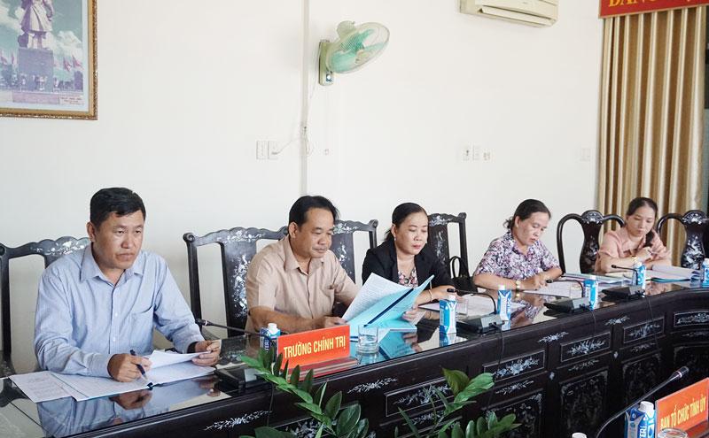 Ban giám hiệu, giảng viên Trường Chính trị tỉnh tại buổi làm việc.