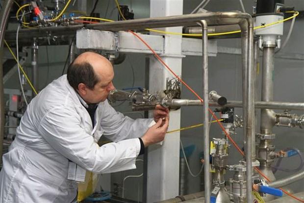 Một thanh sát viên của Cơ quan Năng lượng Nguyên tử Quốc tế hủy bỏ kết nối giữa các thiết bị làm giàu urani ở cơ sở hạt nhân Natanz của Iran. (Ảnh: AFP/TTXVN)