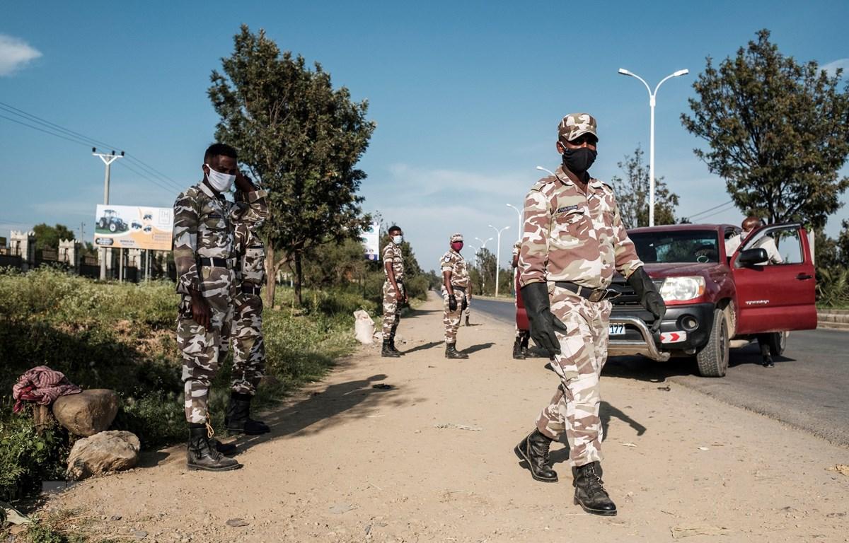 Lực lượng an ninh tuần tra tại ngoại ô Mekele thuộc vùng Tigray, miền Bắc Ethiopia ngày 9-9-2020. (Ảnh: AFP/TTXVN)