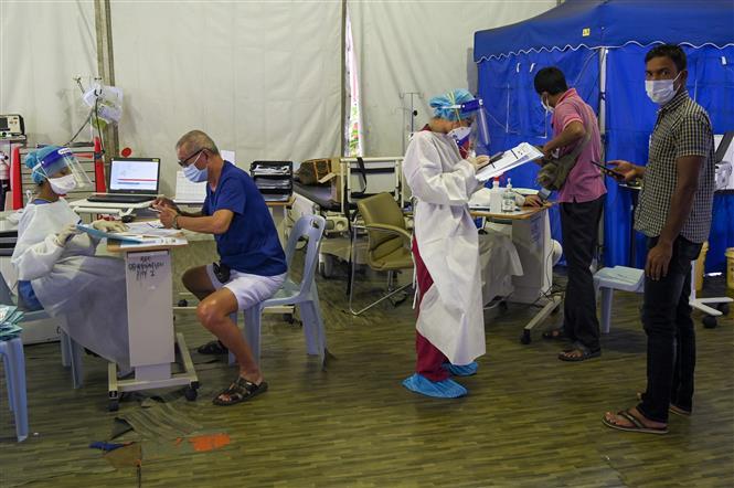 Nhân viên y tế lấy mẫu xét nghiệm COVID-19 tại Subang Jaya, ngoại ô Kuala Lumpur, Malaysia. Ảnh: AFP/TTXVN