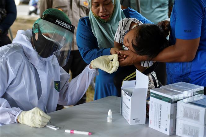Một điểm xét nghiệm COVID-19 tại Banda Aceh, Indonesia. Ảnh: AFP/TTXVN