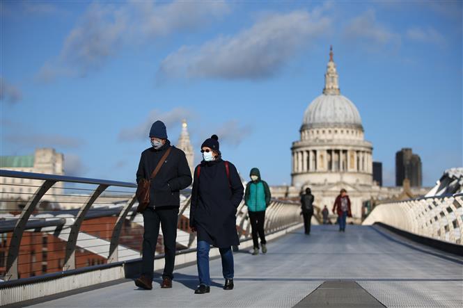 Người dân đeo khẩu trang phòng dịch COVID-19 tại London, Anh ngày 3-11-2020. Ảnh: AFP/TTXVN