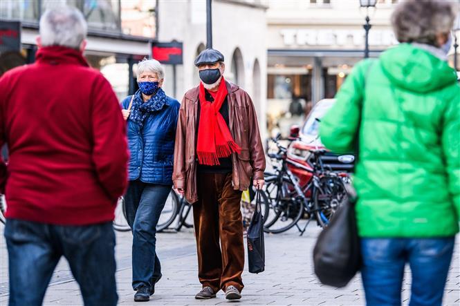 Người dân đeo khẩu trang phòng lây nhiễm COVID-19 tại Munich, Đức, ngày 13-11-2020. Ảnh: THX/ TTXV