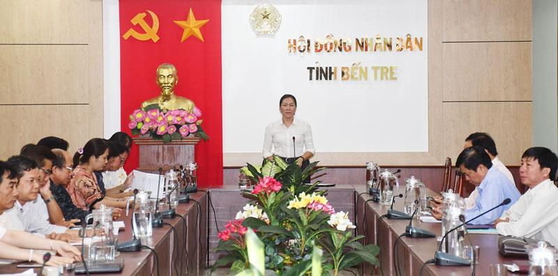Phó chủ tịch HĐND tỉnh Nguyễn Thị Yến Nhi phát biểu. Ảnh: Thu Huyền
